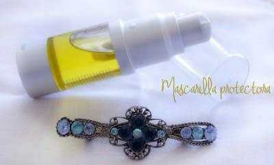 Envasado de aceite moldeador junto a un pasador de pelo