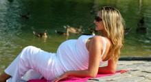 mujer embarazada tomando el sol en un parque
