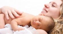 mama y bebe recostados