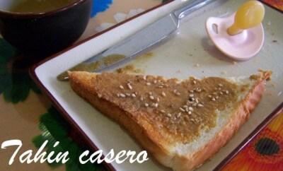 tostadas con tahin junto a un chupete