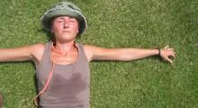 chica tumbada sudando