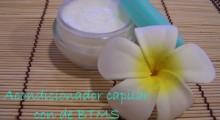acondicionador del cabello junto a una flor deocrativa