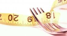 una cinta metrica junto a un tenedor