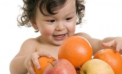 bebe junto a frutas
