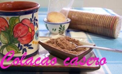 taza galletas y un cuenco con colacao casero