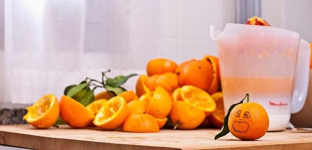 zumo de naranja y naranjas exprimidas