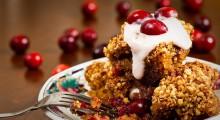 tarta de almendras y arandanos en un plato de postre y tenedor
