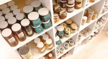 estanteria llena de diferentes mieles