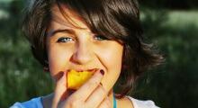 chica comiendo un melocoton