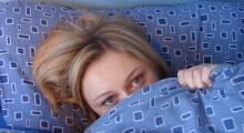 chica cansada en su cama